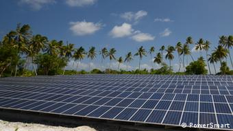 Several solar panels between palm trees (Foto: © PowerSmart) Copyright: PowerSmart