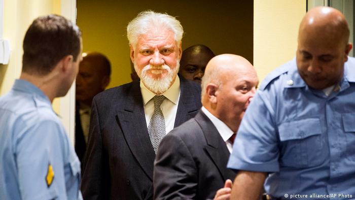 Milivoj Petkovic (Zweiter von rechts) und Slobodan Praljak, Mitte betreten den Gerichtssaal in Den Haag (Foto: AP)