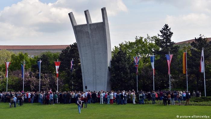 Vor dem Luftbrücken-Denkmal in Berlin erinnern Menschen an den Jahrestag der Beendigung der Berlin-Blockade (Foto: dpa)