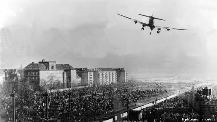 Ein Flugzeug der US-Luftwaffe im Landeanflug auf den Flughafen Tempelhof (Archivfoto von 1948) (Foto: dpa)