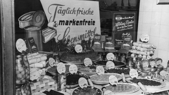 Im Schaufenster eines Geschäfts in Berlin werden Täglich frische markenfreie Lebensmittel angeboten (Foto: dpa)