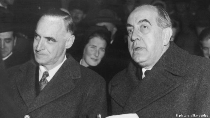 US-Militärgouverneur Lucius D. Clay (li.) und Berlins Regierender Bürgermeister Ernst Reuter (re.) 1950 (Foto: dpa)