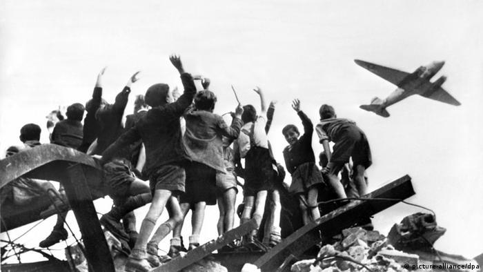 Дети приветствуют прилетающий в Западный Берлин самолет