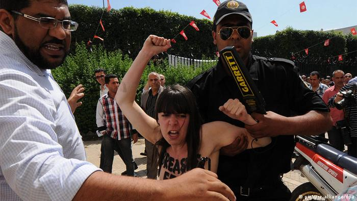 epa03722297 Tunisian security arrest one of three activists of the international feminist group Femen while protesting in front of the Ministry of Justice, in Tunis, Tunisia, 29 May 2013. According to media reports, three foreign activists gathered to protest the arrest of fellow Tunisian activist Amina Tyler earlier this month. EPA/STR +++(c) dpa - Bildfunk+++