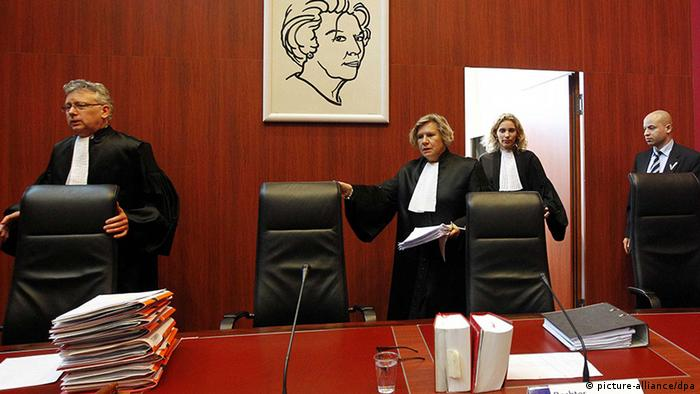 Judge S.M. van Lieshout, chairman of the court A. van Holten and judge F.H. Schormans enter the courtroom for the pre-trial hearing in the case against the death of Richard Nieuwenhuizen (Photo: EPA/BAS CZERWINSKI)