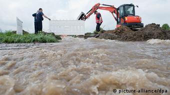 Las lluvias han obligado a realizar trabajos de emergencia para contener las aguas de los ríos.