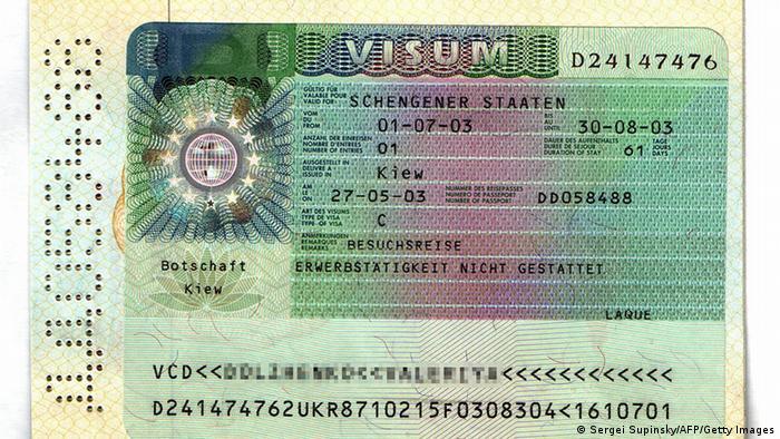 Шенгенская виза в украинском паспорте (фото из архива)