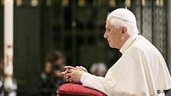 Papst Benedikt XVI. kniet im Kölner Dom vor dem Schrein der Heilgen Drei Könige