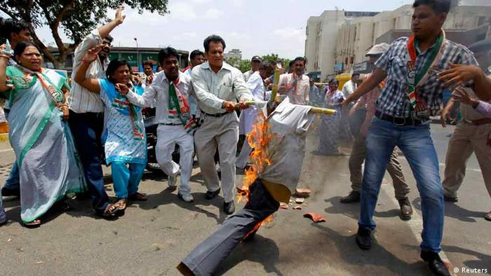 Supporters of the Congress party burn an effigy and shout anti-Chhattisgarh government slogans during a protest against a recent Maoist attack on Congress party workers, in the western Indian city of Ahmedabad May 27, 2013. (Photo: Reuters)