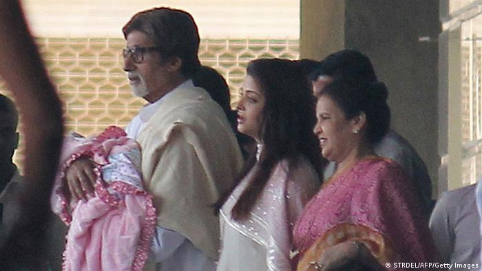 Indische Prominente mit Baby Aishwarya Rai (STRDEL/AFP/Getty Images)