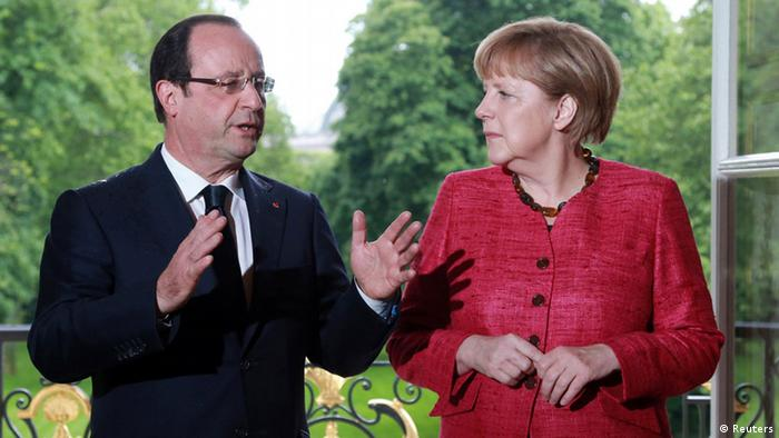 France's President Francois Hollande (L) and German Chancellor Angela Merkel arrive for a meeting at the Elysee Palace in Paris, May 30, 2013. REUTERS/Pierre Verdy/Pool (FRANCE - Tags: POLITICS)