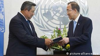 Indonesian President Susilo Bambang Yudhoyono (l) standing with UN Secretary General Ban Ki-moon during a handover ceremony of the panel report on Post-2015 Millennium Development Goals at UN headquarters in New York City (Photo: Mark Garten)