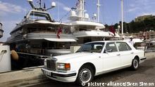 Formel 1,Grand Prix von Monaco am 01.06.2003 Jet Set,Luxus,Luxusleben,Statussymbole,Reichtum,Luxusyacht und Luxuslimousine im Hafen von Monaco,ein Rolls Royce steht auf der Hafenmauer,im Hintergrund zwei Luxusyachten ,