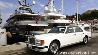 Автомобиль Роллс-Ройс и яхты в порту