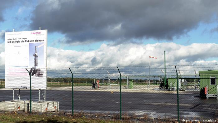 ARCHIV - Das Bohrfeld von ExxonMobil, aufgenommen am 06.10.2012 in Bötersen bei Rotenburg-Wümme. Auf der Suche nach Erdgas setzt das Unternehmen hier die umstrittene Frackingmethode ein. Die Öl- und Gasvorkommen in Deutschland gehen zunehmend zur Neige. Zusätzliche große Reserven seien vor allem in unkonventionellen Lagerstätten zu erwarten, die mit Hilfe der umstrittenen Fracking-Technik erschlossen werden könnten, teilte der Wirtschaftsverband Erdöl- und Erdgasgewinnung (WEG) am Donnerstag in Hamburg mit. Foto: Ingo Wagner/dpa (zu dpa 0362 vom 28.02.2013) +++(c) dpa - Bildfunk+++