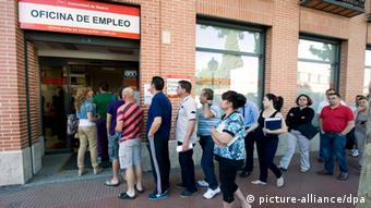 Spanish unemployed in a queue in front of an employment office EPA/FERNANDO VILLAR dpa
