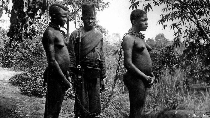 Verhaftete Eingeborenenfrauen im Kongo (ullstein bild)
