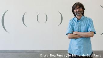 Hélio Fervenza vor einem seiner Werke