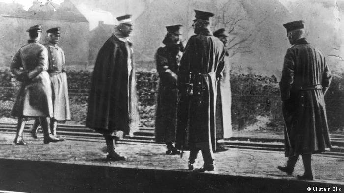 Am Bahnhof Eysden in Holland: Wilhelm II. mit seinen Begleitern auf dem Bahnhof Eysden in Holland