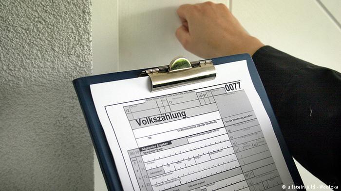Deutschland Symbolbild Volkszählung Formular auf einem Klemmbrett
