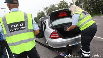 Dänische Zöllner kontrollieren ein Fahrzeug mit einem auf Drogen und Waffen spezialisierten Spürhund (Foto: picture alliance/dpa)