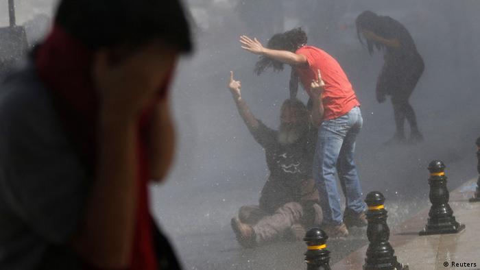 Gewalt gegen Demonstranten in der Türkei (Foto: Reuters)