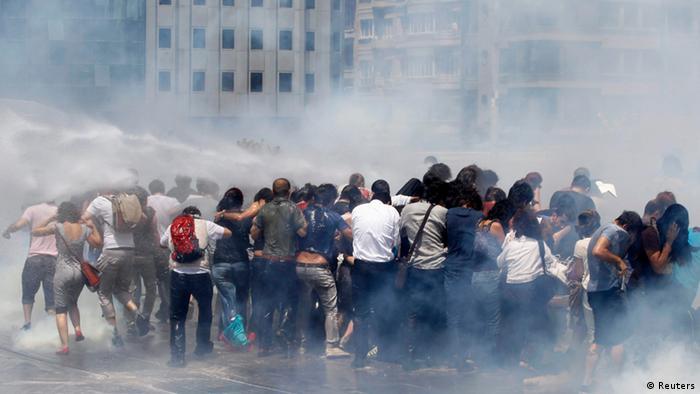 Polizei setzt Tränengas und Wasserwerfer gegen Demonstranten ein (Foto: REUTERS/Murad Sezer)