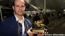 Der deutsche Künstler Tino Sehgal posiert am 01.06.2013 in Venedig (Italien) mit dem Goldenen Löwen, dem Golden Lion für den besten Künstler in der Internationalen Ausstellung. Die 55. Internationale Kunstausstellung, La Biennale di Venezia 2013, wird am 1. Juni eröffnet. Felix Hörhager/dpa +++(c) dpa - Bildfunk+++