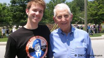 Nathan Fuller (left); spokesperson of the Bradley Manning Support Network and Daniel Ellsberg, who released the 'Pentagon papers' in the early 1970s. Photo: DW/Christina Bergmann, Fort Meade, Maryland, USA, 1.6.2012