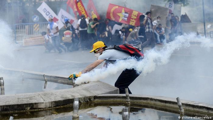 Policija je bacala suzavac i koristila vodene topove kako bi rastjerala demonstrante u glavnom gradu Turske, Ankari.