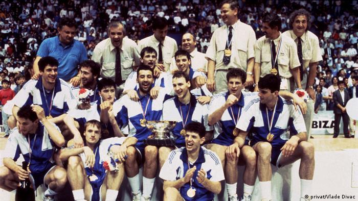 Die jugoslawische Basketball-Mannschaft nach dem gewonnenen Finale bei der Europameisterschaft in Zagreb 1989. (Foto: privat/Vlade Divac)