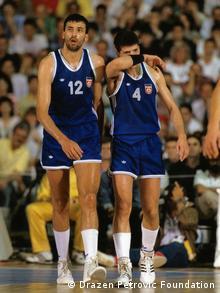 Divac (l.) und Petrovic während des Finales in Zagreb 1989. (Foto: Drazen Petrovic Foundation) WICHTIGER HINWEIS: Dieses Bild darf nur einmalig für die Reportage über Drazen Petrovic und Vlade Divac veröffentlicht werden!!!