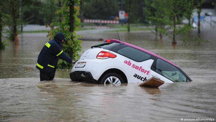 Тем не менее многих наводнение застало врасплох, как, например, жителей деревни Розенхайм, что неподалеку от Мюнхена. Водитель этого автомобиля явно был не готов к тому, что речка Мангфаль так быстро может выйти из берегов.