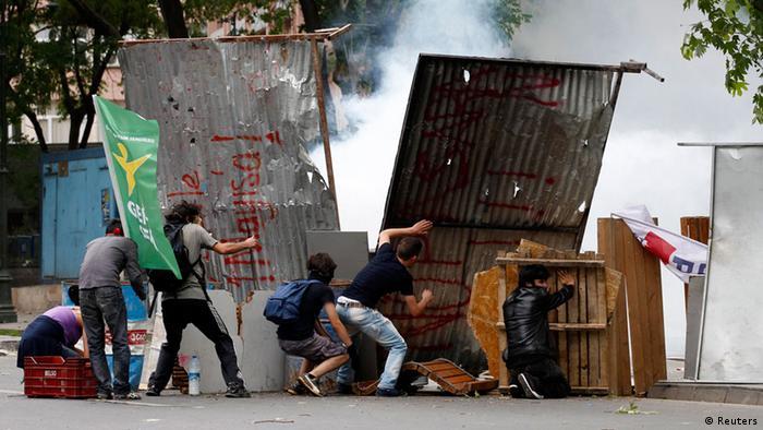 Демонстранти в Стамбулі збудували барикади