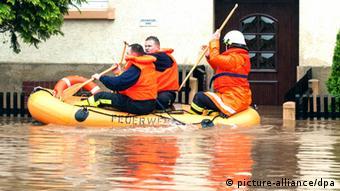 امدادرسانان برای کمک به مردم از قایق در شهرها استفاده میکنند