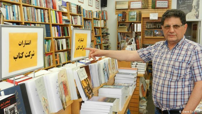 Bijan Khalili in seinem Buchladen (Foto: DW/Schließ)