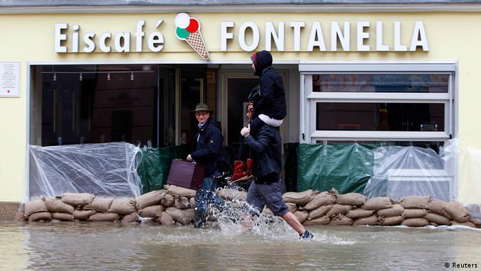 Самое действенное средство против наводнений - это 15 килограммов песка, упакованных в мешок из джута или пластика. Такие мешки помогают защитить жилые дома и магазины от приходящей воды и укрепить плотины. У пожарных и Службы технической помощи Германии заготовлены на случаи наводнений сотни тысяч мешков с песком.