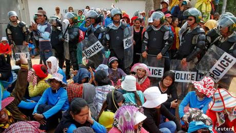 Garment workers protest in Cambodia for better wages, June 2013. (Photo: Samrang Pring)