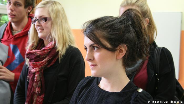 Bilge Mermertas, Lehramtsstudentin an der Uni Hildesheim, mit einigen Kommilitonen (Foto: Isa Lange/Uni Hildesheim)