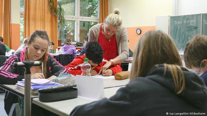 Arta Kolgeci, studentă la Pedagogie, lucrează cu elevii de la școala Oskar Schindler din Hildesheim