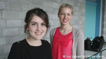 Die Lehramtsstudentinnen Bilge Mermertas (links) und Arta Kolgeci (Foto: Isa Lange/Uni Hildesheim)