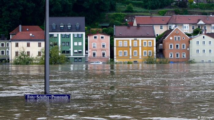 Häuser stehen zur Hälfte im Wasser. (Foto: REUTERS/Michaela Rehle)