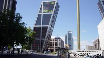 Schiefes Bankgebäude der spanischen Bankia (Foto: DW)