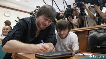 Джабраил (слева) и Ибрагим Махмудовы во время процесса