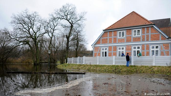 Workers install a fence intended to limit flooding near a German home Photo: Fabian Bimmer dpa/lno/lni