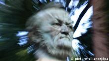 ARCHIV - Aufnahme mit Zoomeffekt der Büste von Richard Wagner im Park vor dem Festspielhaus in Bayreuth (Oberfranken, Archivfoto vom 16.07.2008). Im August 1876 feiern die Bayreuther Wagner-Festspiele mit dem erstmals vollständig aufgeführten «Ring des Nibelungen» ihre Premiere. Heute sind Richard Wagner und die jährlichen Festspiele Bayreuths wichtigste Markenzeichen. Foto: Marcus Führer dpa (zu dpa Themenpaket Richard Wagner - zum 22. Mai - dpa-Hintergrund vom 10.05.2013) +++(c) dpa - Bildfunk+++