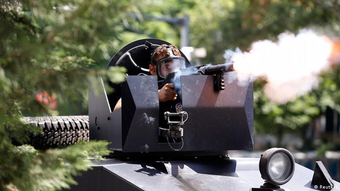 Участвующие в разгоне демонстрантов силы правопорядка использовали спецтехнику, а также водометы и слезоточивый газ