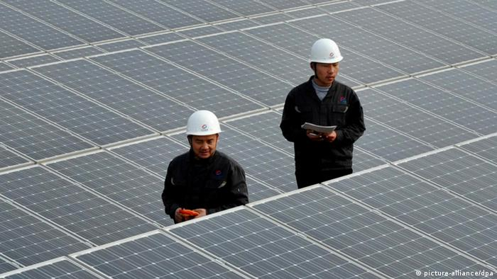 Chinese inspectors check arrays of solar panels at a photovoltaic power plant in Xiji town, Zaozhuang city (Picture-alliance/dpa)