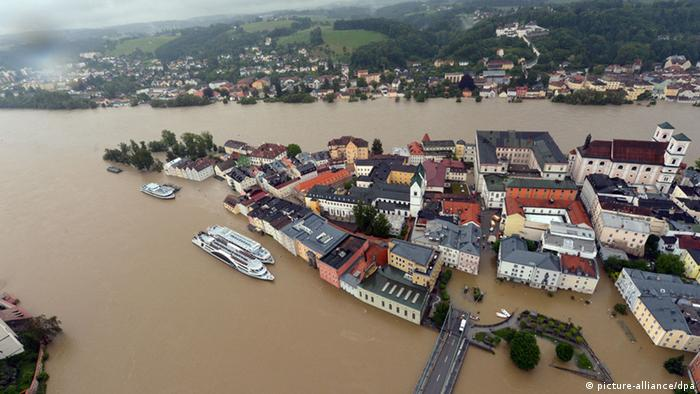 Much of central Passau is under water. Foto: Peter Kneffel/dpa