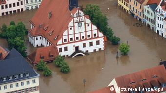 The town hall of Grimma surrounded by water Photo: Jens Wolf/dpa